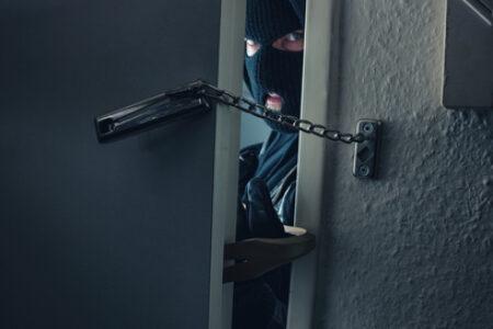 Inbreker opent deur